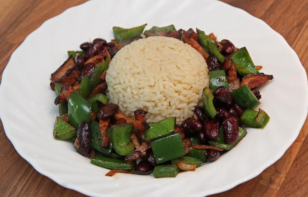 Ryż z fasolą, papryką i boczkiem