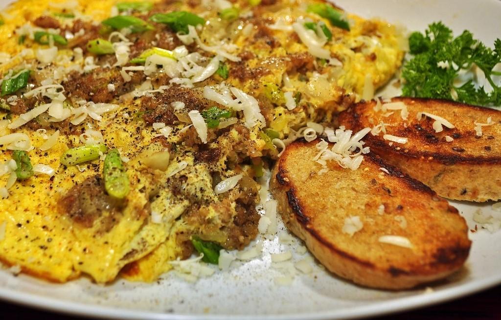 Jajecznica z mięsem, serem i grzankami