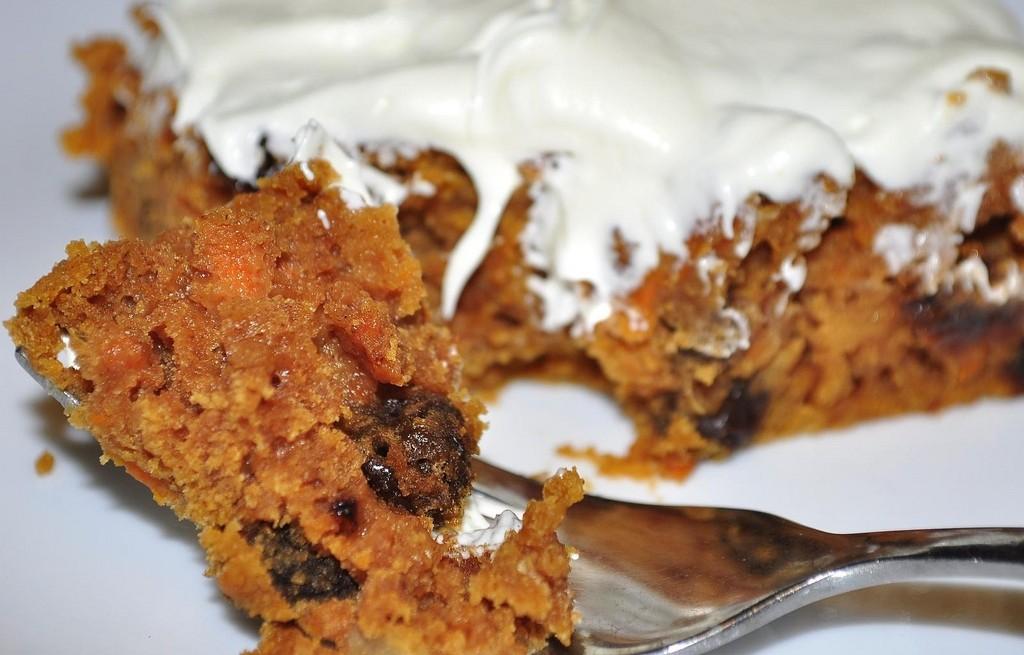 Ciasto marchewkowe z rodzynkami i śmietaną
