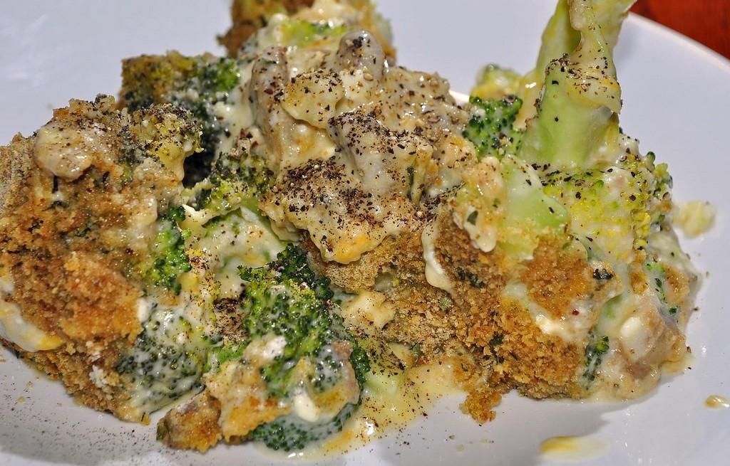 Brokuł zapiekany z pieczarkami, płatkami i serami
