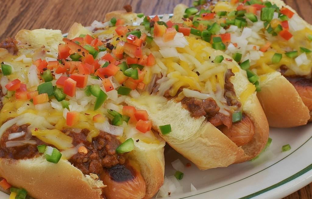 Hot-dogi z mięsem, serem i papryką