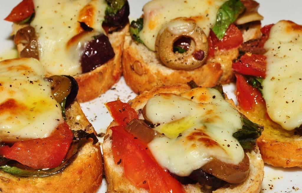 Zapiekanki z oscypkiem, warzywami, oliwkami i śliwkami
