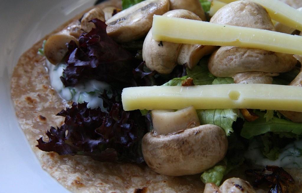 Tortilla z pieczarkami, jogurtem i serem