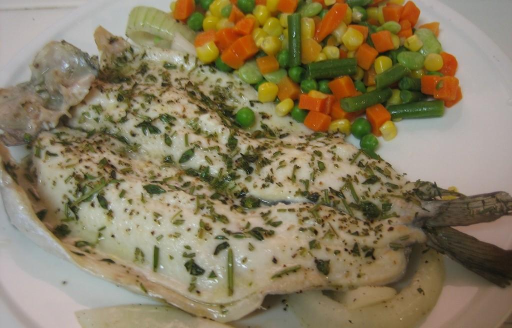 Pstrąg pieczony z gotowanymi warzywami