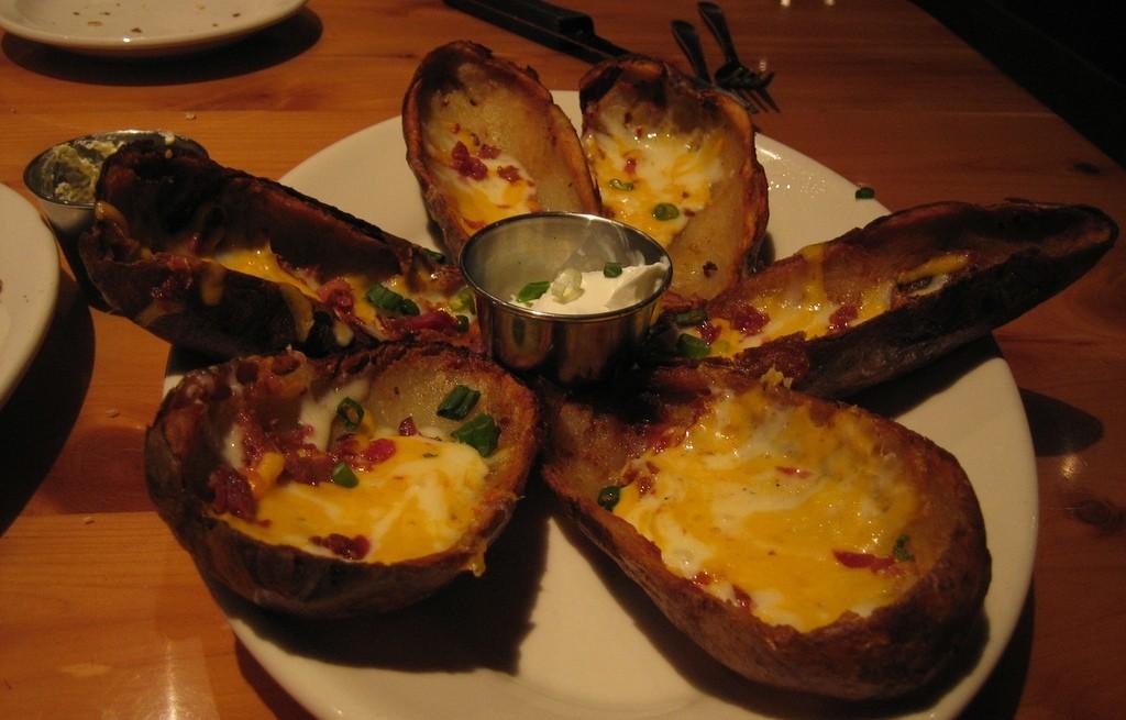 Ziemniaki pieczone z serem, jajkiem i boczkiem