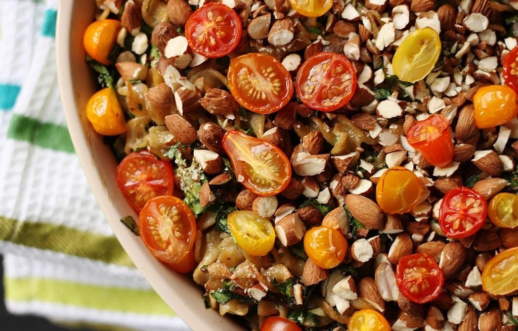 Makaron ze szpinakiem, pieczarkami, pomidorami i migdałami