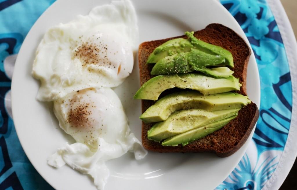 Grzanki z jajkami i awokado
