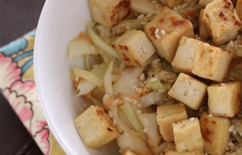 Tofu z kapustą, marchewką, miso i sezamem