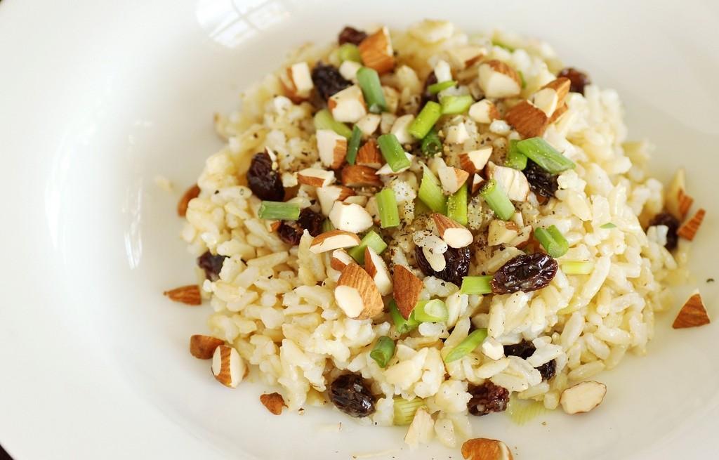 Ryż z migdałami, dymką i rodzynkami