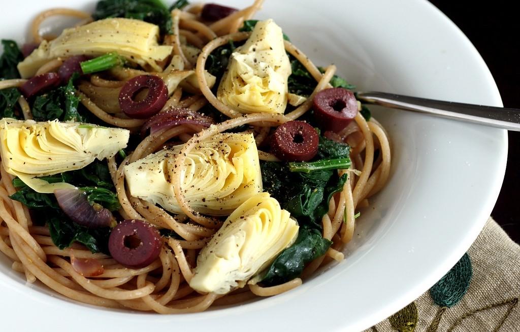 Spaghetti z karczochami, oliwkami i szpinakiem