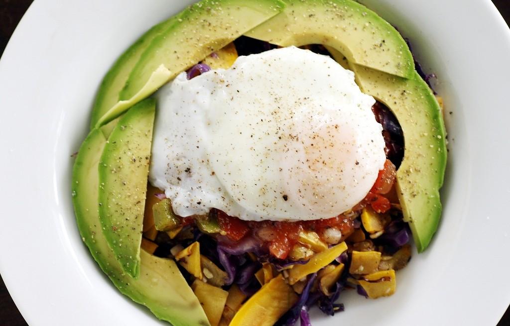 Awokado z jajkami i warzywami