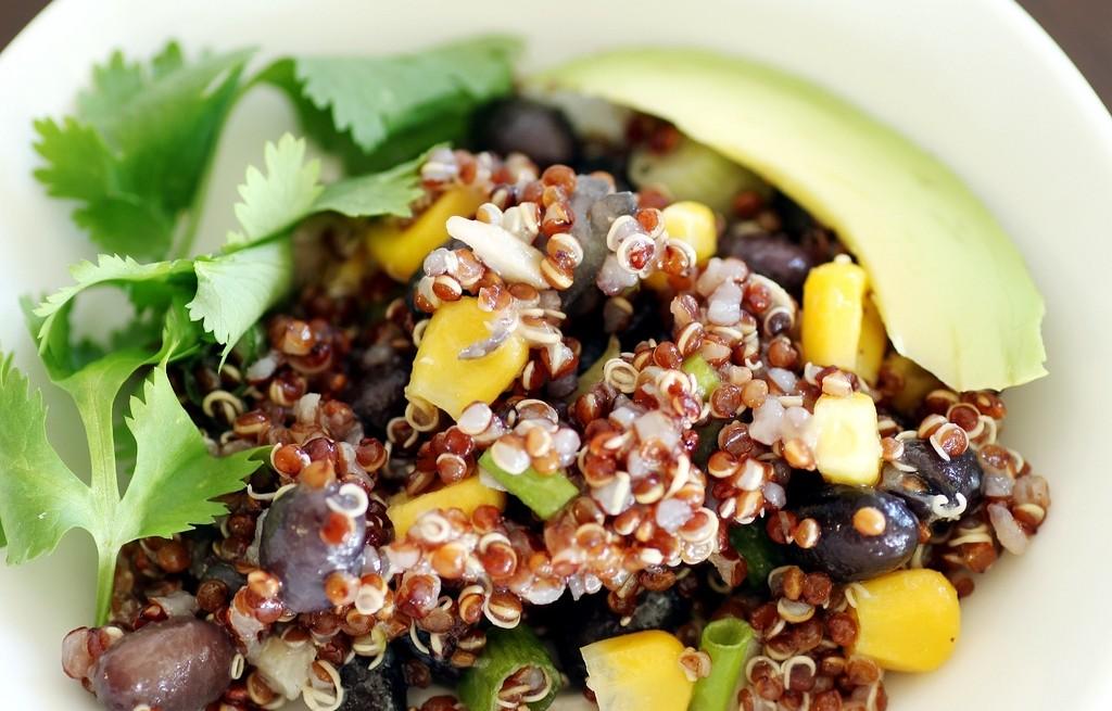 Sałatka warzywna z komosą ryżową i awokado