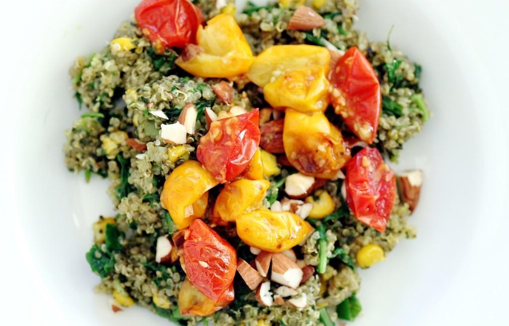 Komosa ryżowa z pieczonymi pomidorami i migdałami