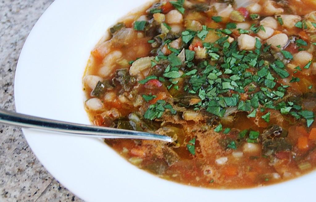 Zupa fasolowa z kapustą z salami
