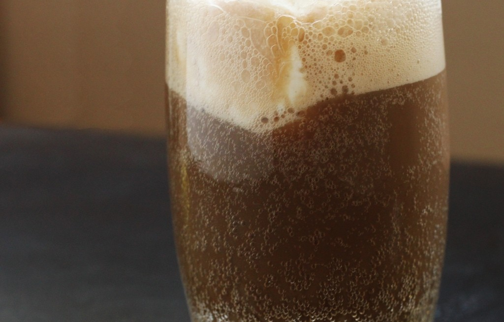 Drink alkoholowo-korzenny z lodem