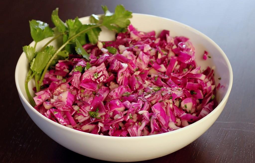 Sałatka z czerwonej kapusty z syropem z agawy