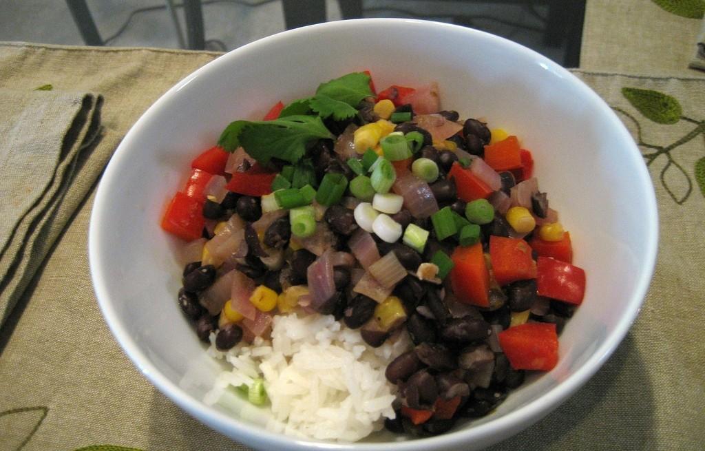 Ryż z fasolą i konserwowanymi warzywami