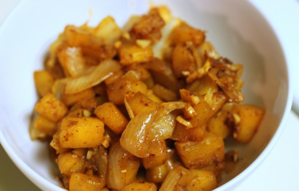 Dynia smażona z orzechami, czosnkiem i cebulą