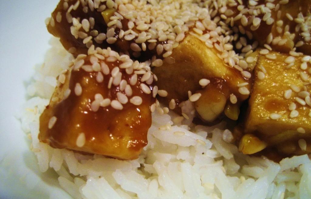 Tofu z ryżem i sezamem w sosie z ananasa