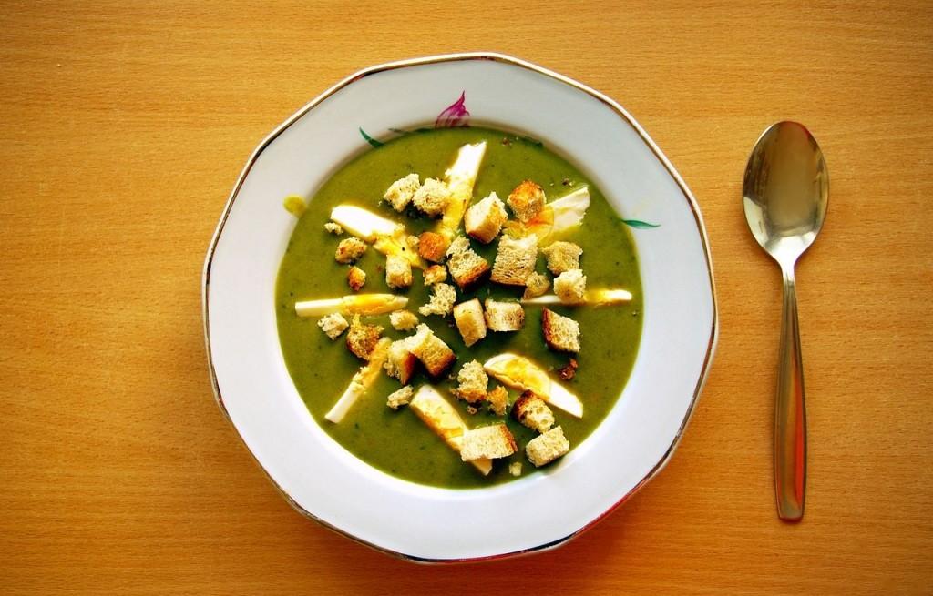 Zupa szczawiowa z jajkami i grzankami na zimno