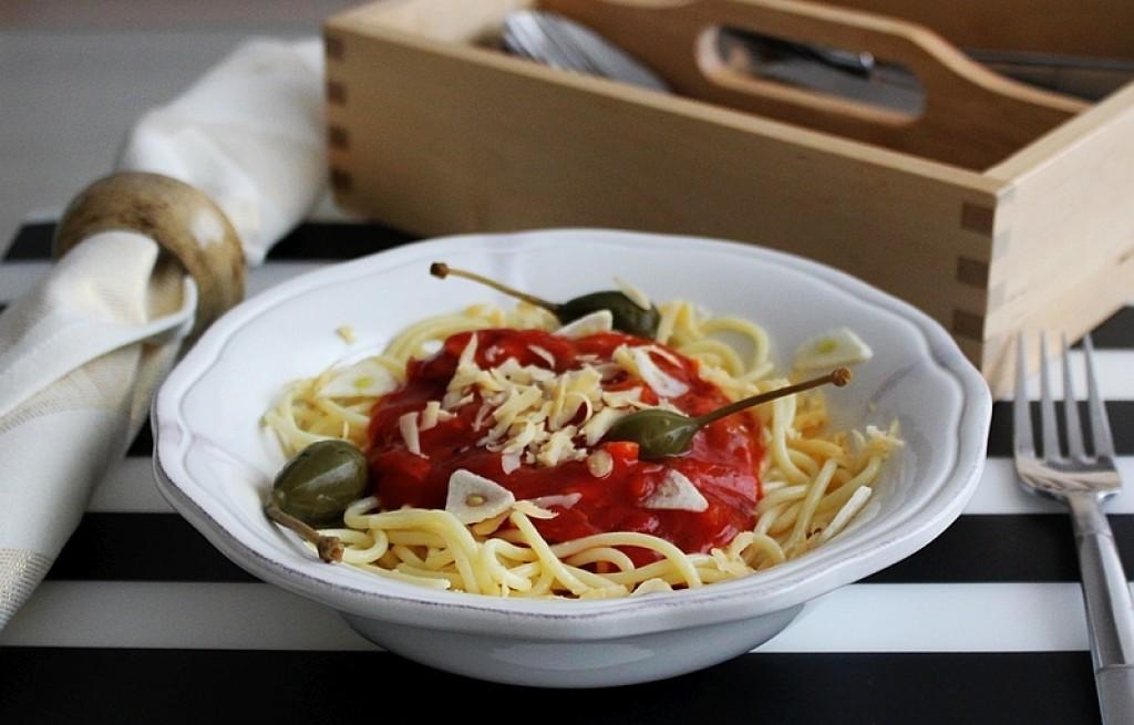 Lekkie bezglutenowe spaghetti z pieczarkami, jabłuszkami kaparowymi i płatkami czosnku