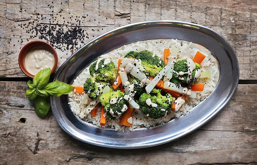 Warzywa mogą być naprawdę pyszne! - przepis na blanszowane warzywa z sosem z tahini i czarnym sezamem