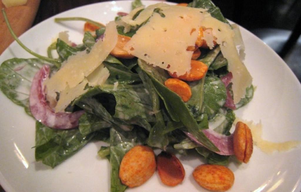 Sałatka z orzeszkami paprykowymi, serem i śmietaną