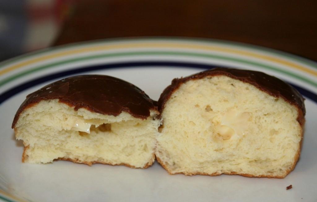 Pączki z kremem budyniowo-waniliowym i czekoladą