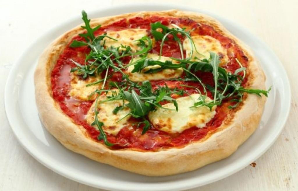 Pizza z mozzarellą i rukolą