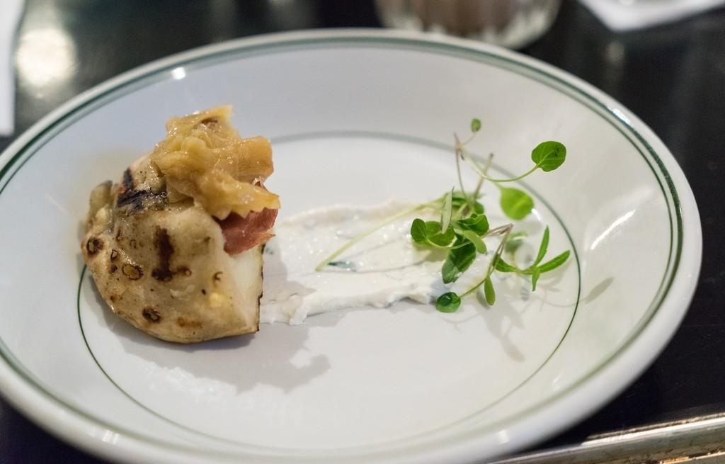 Ziemniaki pieczone z serem, kiełbasą i cebulą