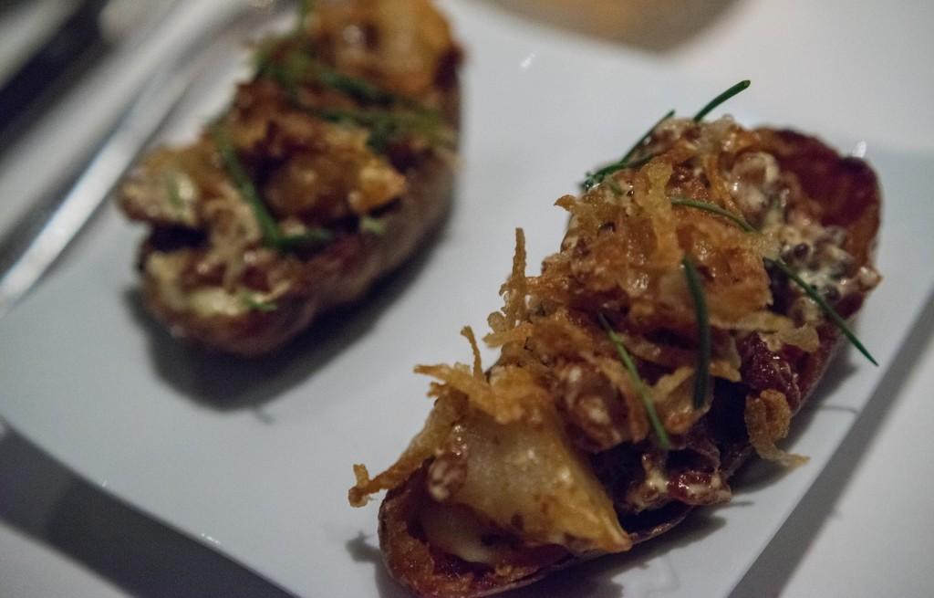 Ziemniaki zapiekane z boczkiem, serem i cebulą