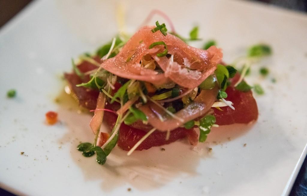Tuńczyk z cebulą i kiełkami
