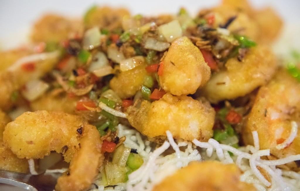 Krewetki smażone z warzywami i makaronem