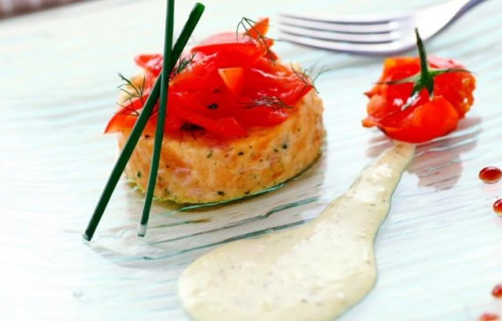 Tatar z łososia z pomidorami