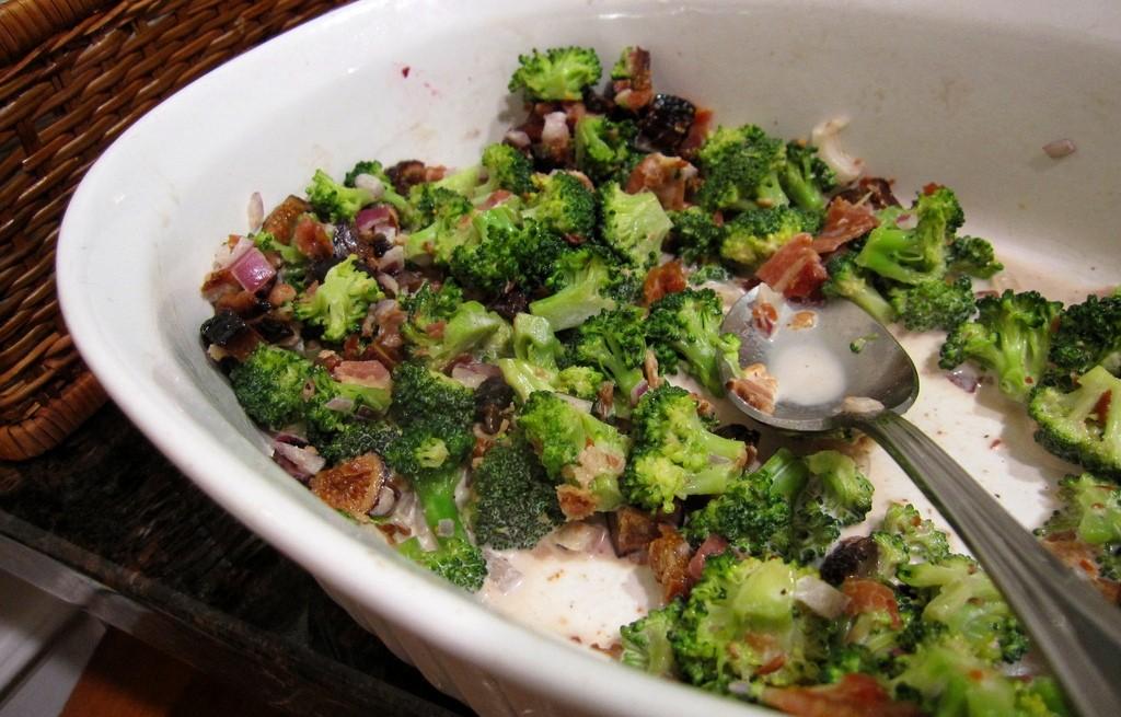 Sałatka z brokuła, boczku i fig
