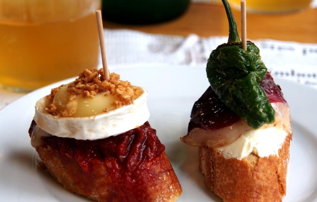Grzanki z boczkiem, serem jabłkiem i papryką
