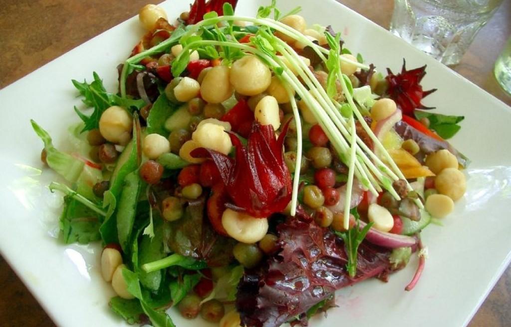 Sałatka warzywna z cieciorką, owocami i kiełkami