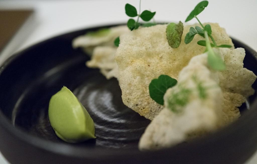Chipsy ryżowe z pastą z awokado