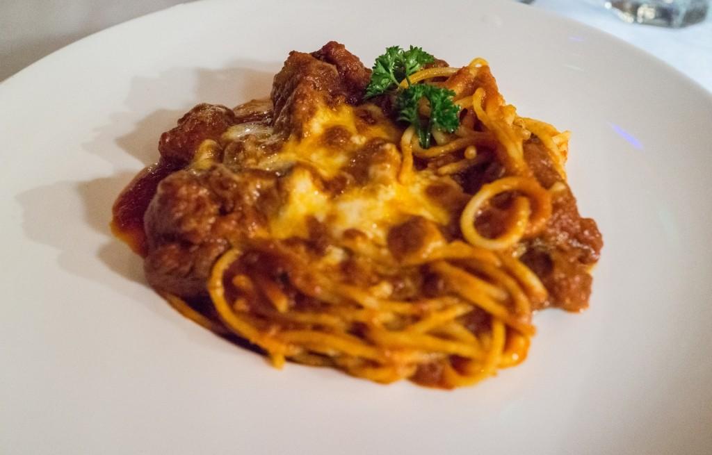 Spaghetti z wołowiną i serem w sosie bolońskim