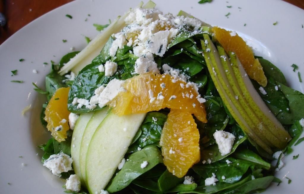 Sałatka owocowa ze szpinakiem i serem