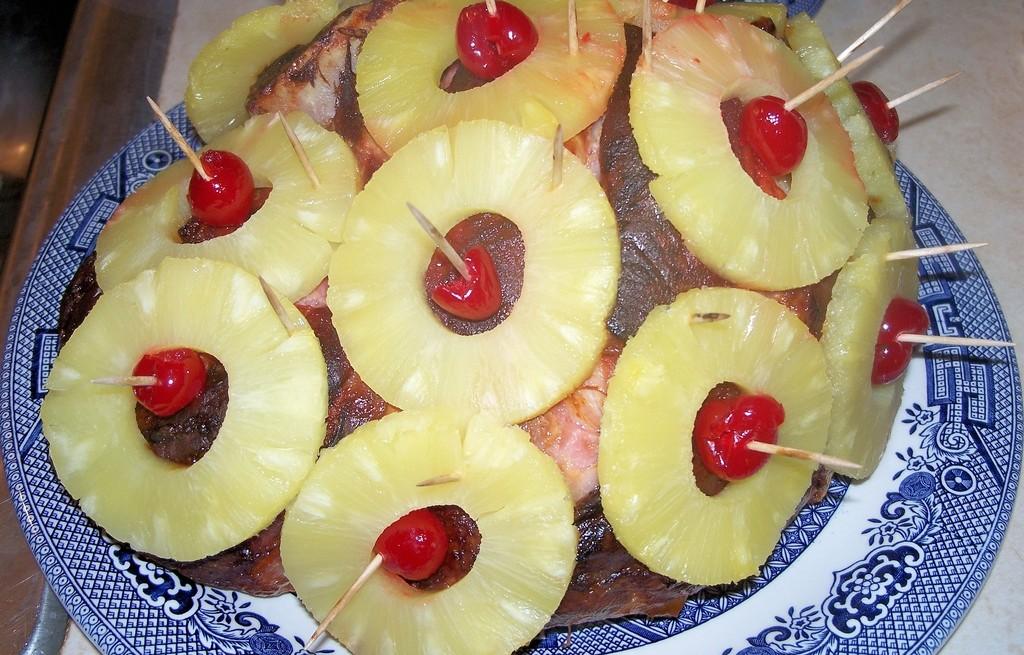 Szynka pieczona z ananasem i wiśnią