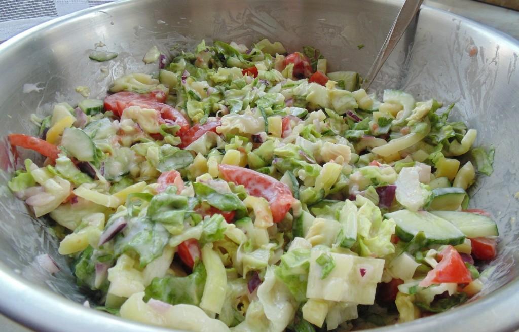 Sałatka warzywna z jabłkiem i serem