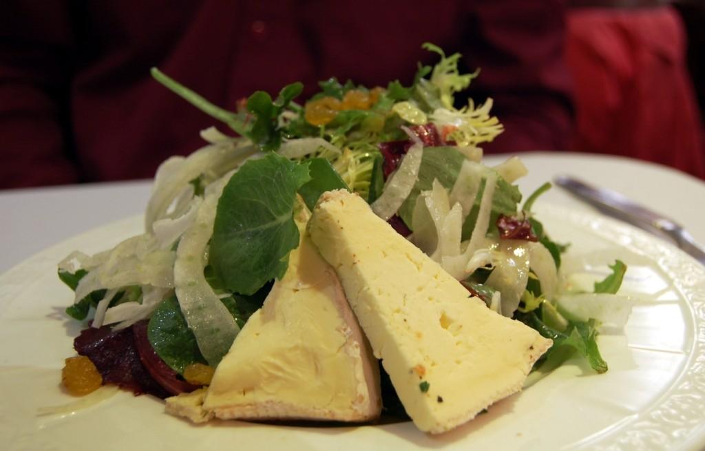 Sałatka z serem brie i owocami