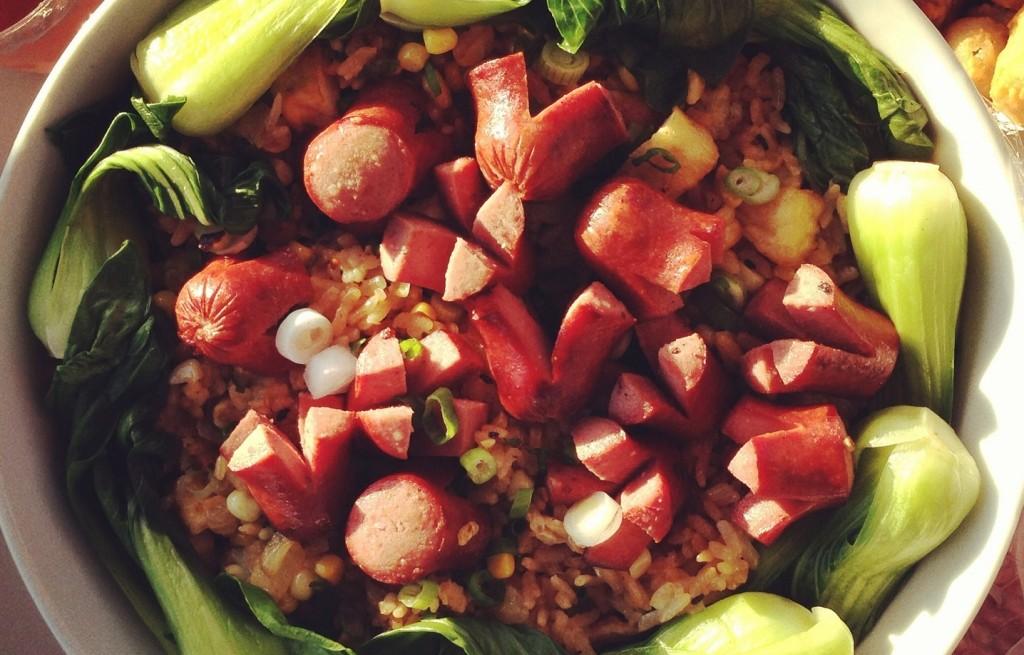 Ryż smażony z warzywami, tofu i parówkami