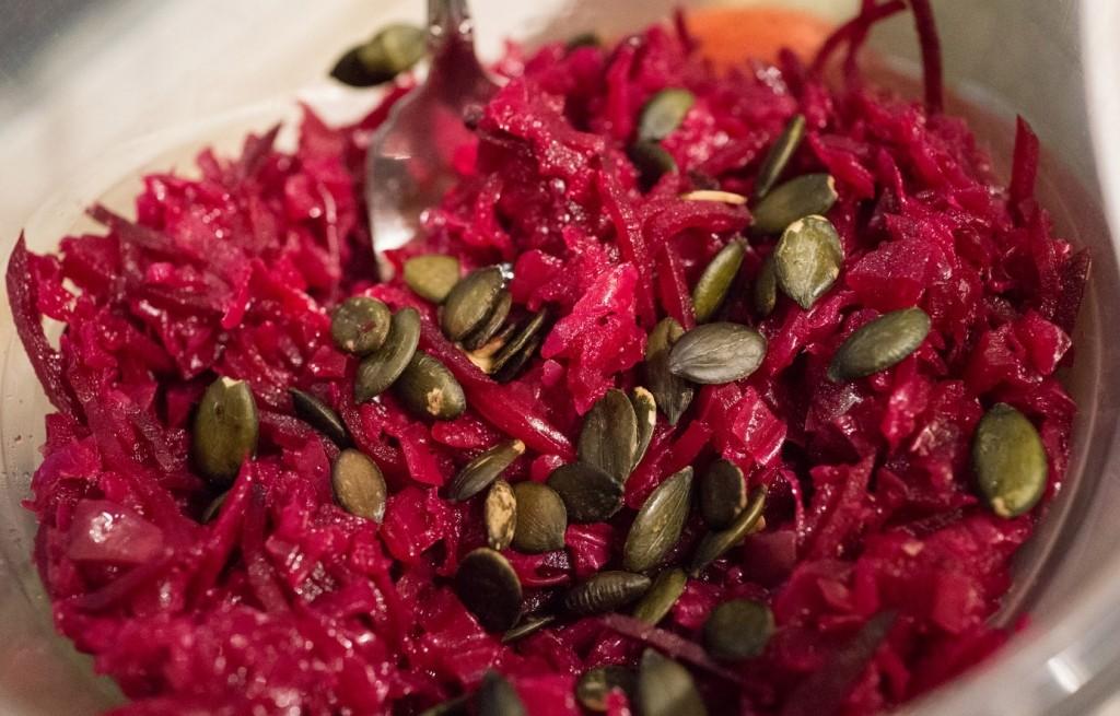 Sałatka z kapusty, buraków i nasion dyni