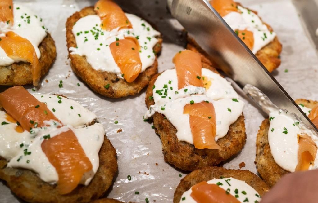Placki ziemniaczano-chlebowe ze śmietanaą i łososiem