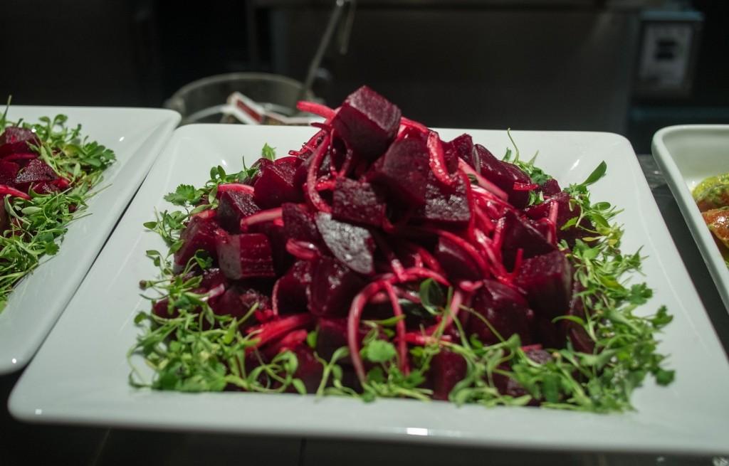 Buraczki z cebulą i kiełkami lucerny