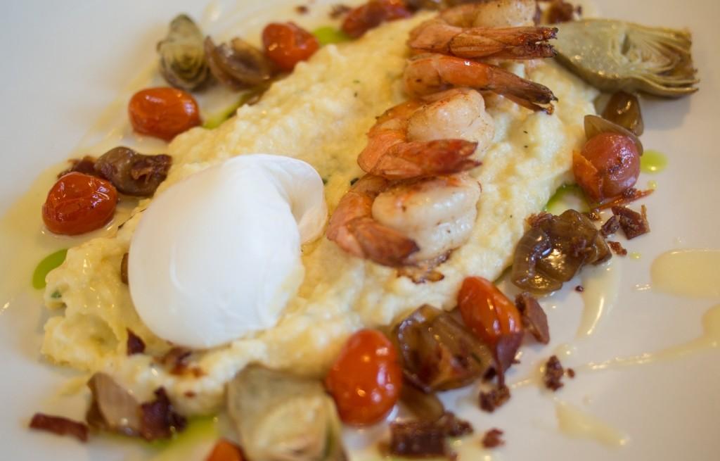 Polenta z warzywami, boczkiem, jajkiem i krewetkami