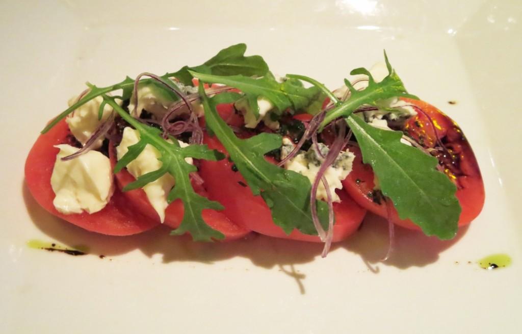 Sałatka pomidorowa z serem i rukolą
