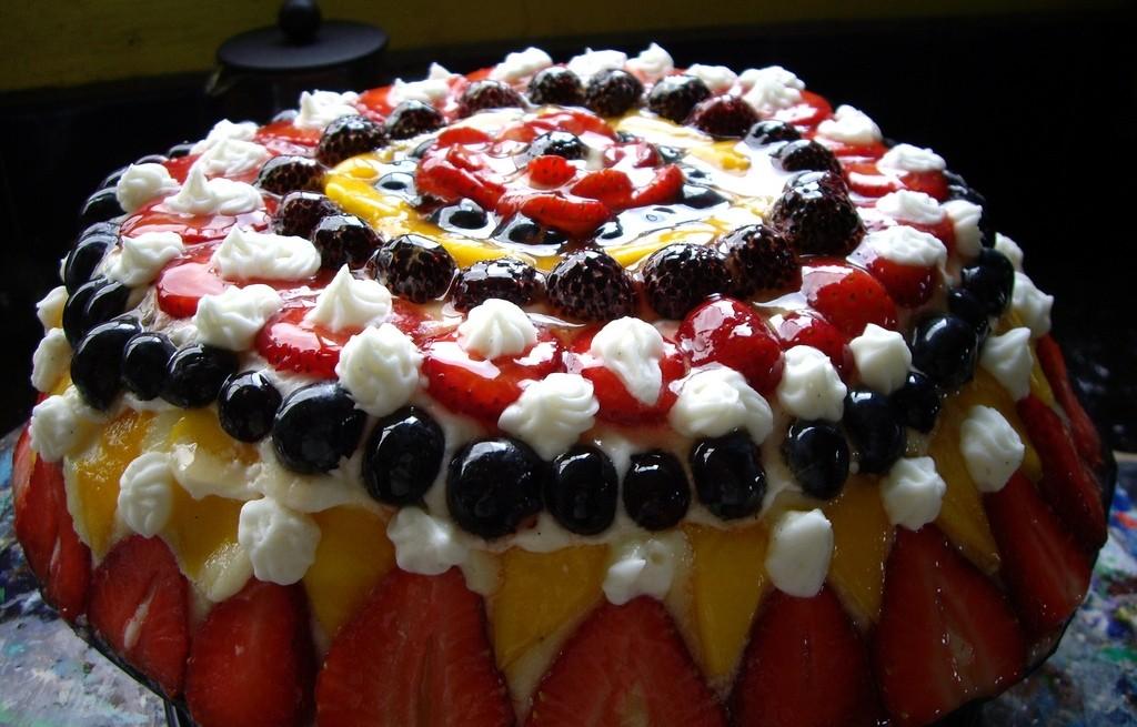 Sernik na zimno ze śmietaną i owocami